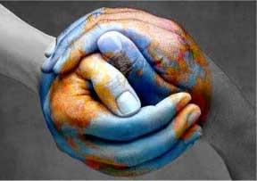 Las mano de un hombre y una mujer entrelazadas y dibujadas simulando la bola del mundo. La imagen tiene referencias con el Plan estratégico de igualdad de oportunidades
