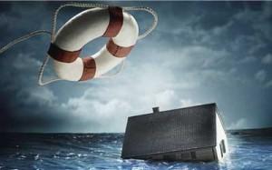 una casa en el oceano que esta siendo rescatada por un salvavidas en relación al seguro de hogar