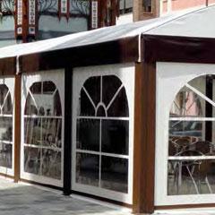 Fotografía de la terraza cubierta de un restaurante