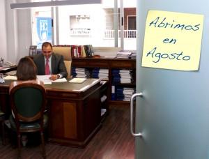 Un abogado de HispaColex atendiendo consulta a un cliente en agosto en su despacho