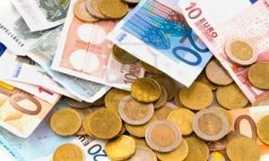 Billetes y monedas de euro en referencia a la bonificación por contratar jóvenes en la empresa
