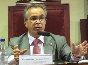 """Fotografía del abogado Javier López y Garcia de la serrana exponiendo su artículo La fábula de la """"sopa de piedra"""""""