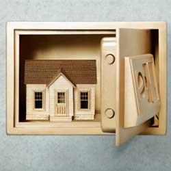 Una caja fuerte que contiene una casa dentro en relación con el seguro de hogar