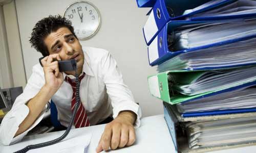Un empresario en su oficina gestionado las trabas administrativas en función de la nueva ley Ley 3/2014, de 1 de octubre