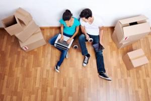 Una pareja en su nueva vivienda que representan la situación de cuando tu hijo se divorcia y la vivienda es de su propiedad