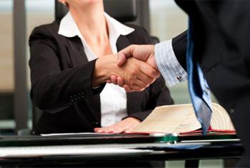 Una abogada atendiendo a uno de los consumidores de servicios jurídicos