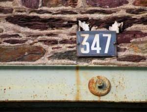 Una pared con una placa en la que aparece el número 347 en referencia al modelo 347