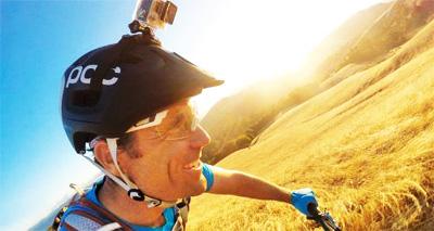 Un ciclista grabando con una de las cámaras Go Pro mientras circula