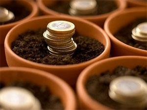Unas macetas de las que nacen unas monedas de euro en relación con la financiación empresarial: La emisión de obligaciones tras la ley 5/2015 de 27 de abril