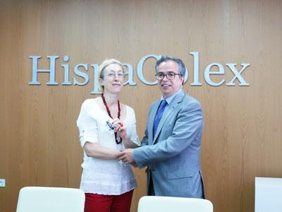 Ganadora de las dos entradas para el Festival Internacional de Música y Danza de Granada recibiendo el premio por el director de HispaColex en el bufete de Granada