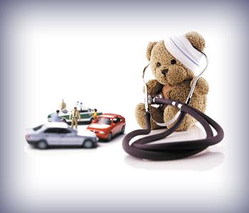 Un oso de peluche con síntomas de haber sufrido un accidente de circulación. Junto a él hay varios coches de juguete en relación con el nuevo baremo
