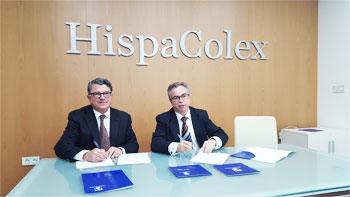 Momento de la firma del acuerdo de asesoramiento jurídico entre el Presidente de Eticom y el Director de HispaColex