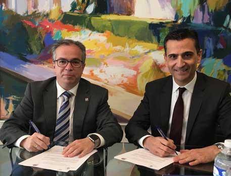 Javier López y García de la Serrana con el presidente del Comité ejecutivo de Convention Bureau, Carlos Navarro Santa-Olalla, firmando el acuerdo de colaboración jurídica