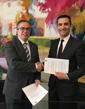 El director de HispaColex y el Presedente del Comité ejecutivo de Convention Bureau estrechando sus manos en el Bufete de HispaColex Granada por el nuevo convenio firmado