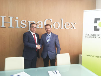 El presidente del Colegio de Mediadores de Seguros de Granada y el director de HispaColex estrechando la mano en señal del acuerdo de asesoramiento jurídico