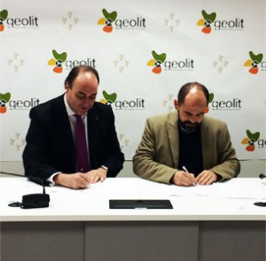 El director de HispaColex Jaén junto al Gerente de Geolit firmando un acuerdo de colaboración