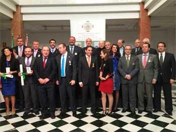 El director de HispaColex, Javier López y García de la Serrana, recibiendo el premio al Mérito Duque de Ahumada junto al resto de premiados