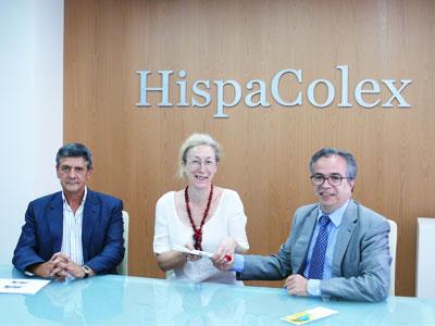 Ganadora de las dos entradas para el Festival Internacional de Música y Danza de Granada recibiendo el premio por el director de HispaColex junto al notario José Chinchilla