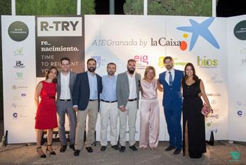 Varios de los organizadores de la Gala de Verano 2015 de la Asociación de Jóvenes Empresarios de Granada junto a varios miembros de HIspaColex